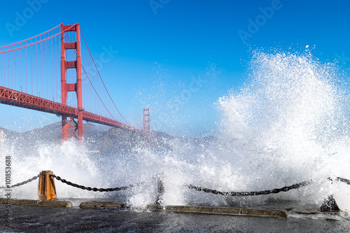 Keuken foto achterwand San Francisco Golden Gate Bridge. Dramatic big ocean waves