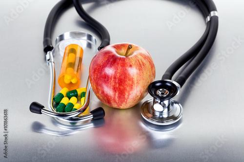pojecie-opieki-zdrowotnej-z-butelki-medycyny-plus-jablko-i-stetoskop