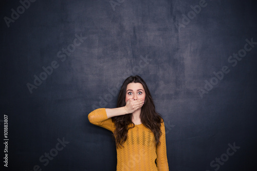 Fotomural Young woman covering her mouth