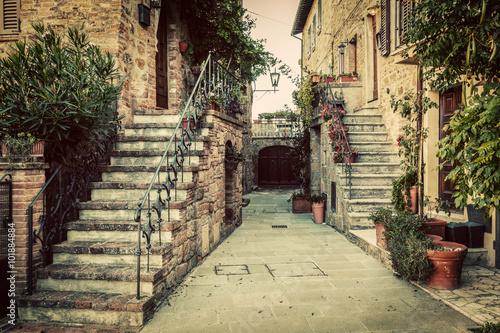 Naklejka premium Powabna stara średniowieczna architektura w miasteczku w Tuscany, Włochy.