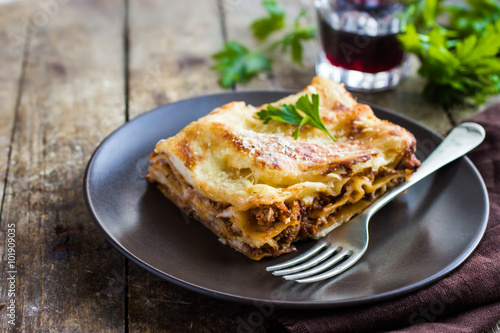 Stickers pour porte Plat cuisine traditional italian lasagna with minced beef bolognese sauce