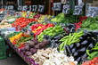 Stände mit frischem Gemüse auf dem berühmten Naschmarkt in Wien