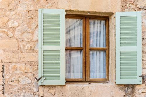 Obraz na płótnie zielone okiennice i brązowe okno