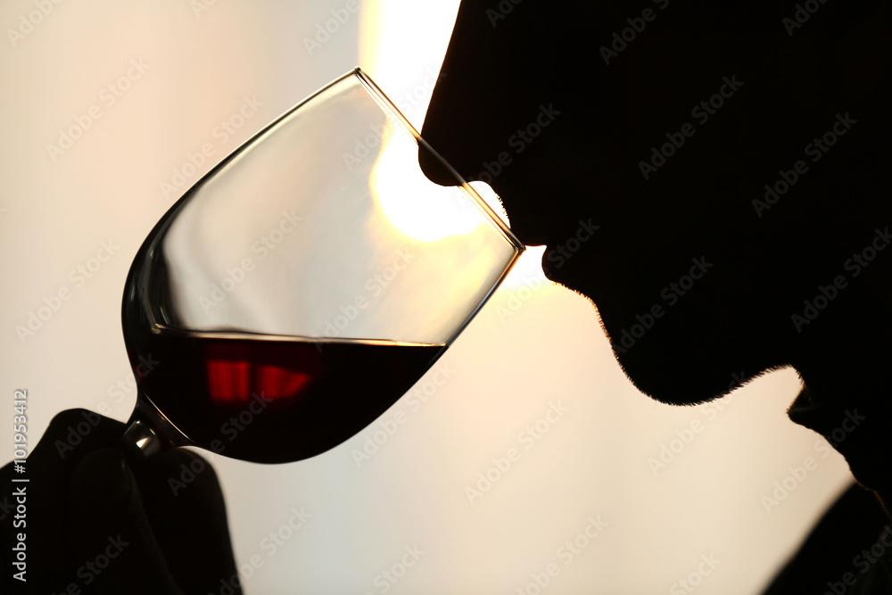 Silhouette des Mannes Rotwein in ein Glas schnüffeln, close up ...