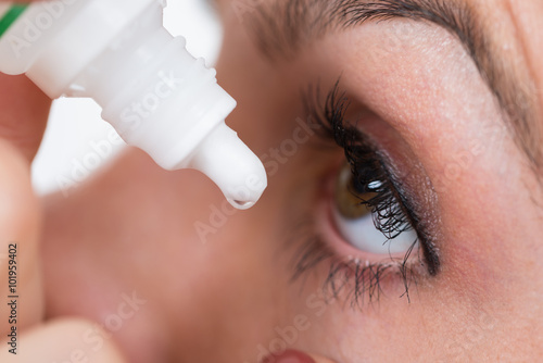 Fotografía  Primer De La persona que vierte gotas en los ojos