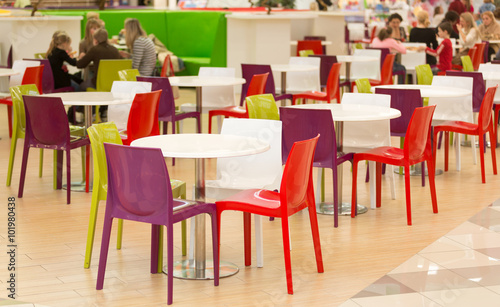 Fotografía  public dining area with colourul plastic chairs and tables