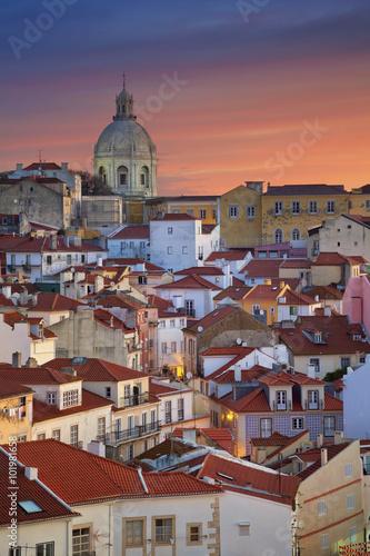 lizbona-wizerunek-lisbon-portugalia-podczas-dramatycznego-wschodu-slonca