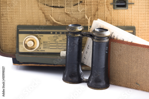 Fotografia  some vintage and antique objects including a radio, binoculars and an old letter