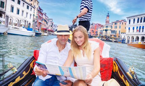 Spoed Foto op Canvas Gondolas Loving couple traveling to Venice