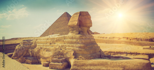 In de dag Egypte Panoramic view of the full profile of the Great Sphinx with the pyramid in the background in Giza.