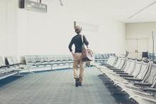 空港の待合室,旅をする男性の後ろ姿