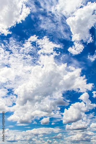 niebieskie-niebo-i-chmury