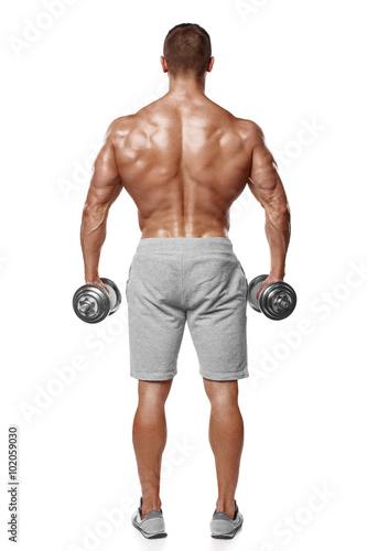 Plakat Seksowny sportowy mężczyzna pokazuje mięśniowego ciało z dumbbells, tylni widok, pełna długość, odizolowywający nad białym tłem. Silny męski nagi tors