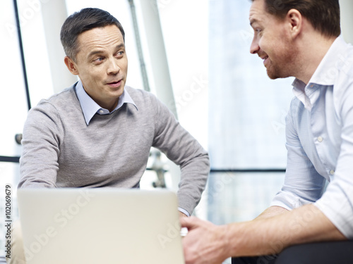 Fotografia business persons chatting gossiping in office