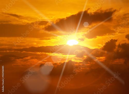 Fototapeta Piękny spokojny zachód słońca - jasne słońce, żółte promienie z widokiem