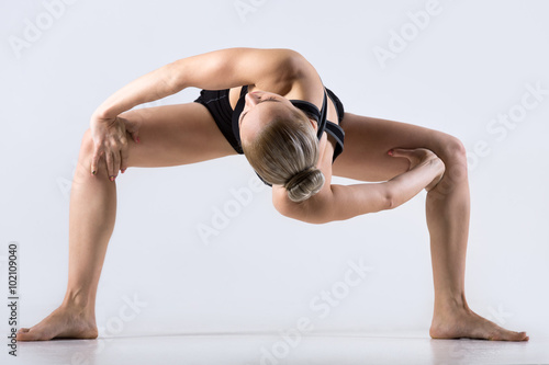Láminas  Twisting Sumo Squat Pose