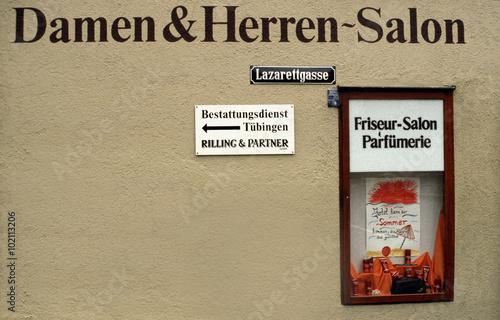 Fotomural Friseursalon mit Schildern Lazarettgasse und Bestattungsinstitut