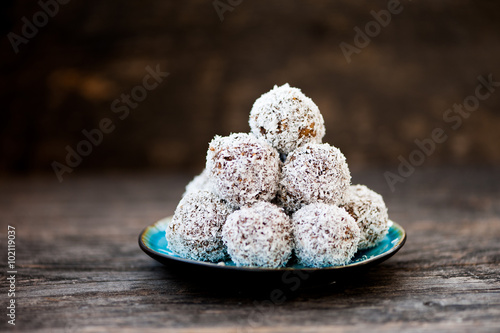 fototapeta na lodówkę Homemade raw chocolate truffles