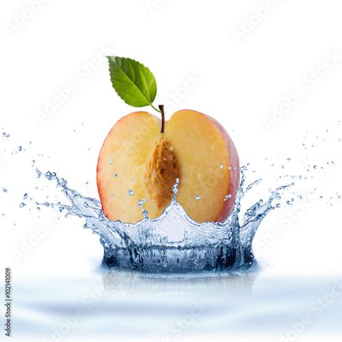 swieza-owoc-brzoskwinia-z-plusk-wody