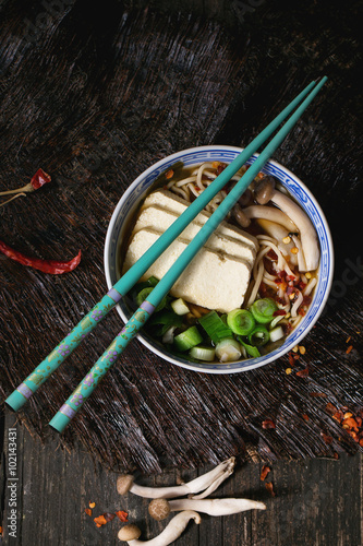 Fotografia  Asian soup ramen with feta cheese