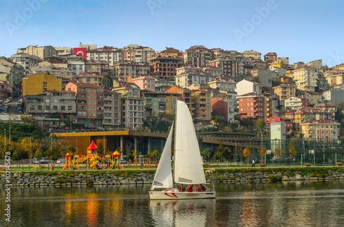 Plakat tradycyjna turecka architektura w regionie Eyup i żeglowanie w Złotym rogu zatoce, Istanbuł, Turcja.