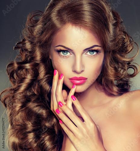 piekna-modelka-o-dlugich-kreconych-wlosach-faliste-loki-fryzury-szkarlatne-paznokcie-manicure-makijaz-kolor-fuksja
