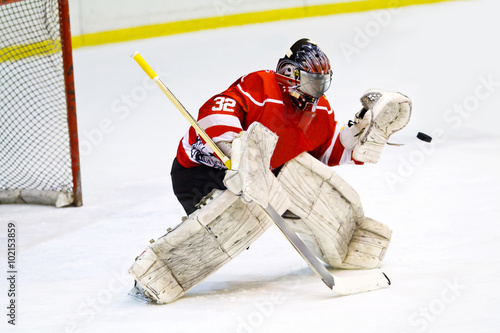 fototapeta na szkło Hockey goalie in generic red equipment protects gate