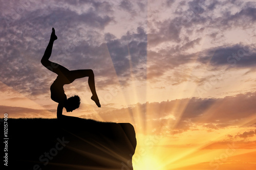 Photo  Silhouette of a girl practicing yoga