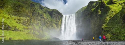 panorama z ludźmi i wodospad na Islandii