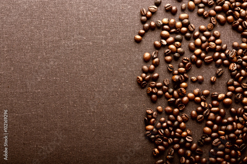 In de dag koffiebar Roasted coffee beans on grey textile background