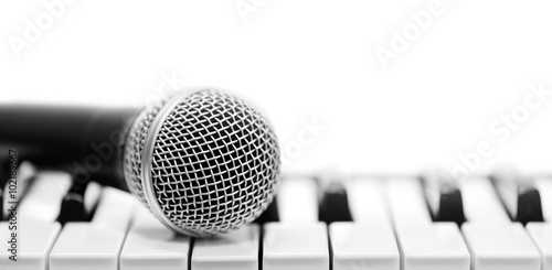 Fotografía  Classical microphone on keyboard