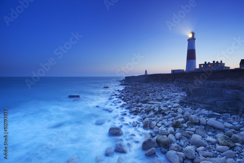 In de dag Vuurtoren The Portland Bill Lighthouse in Dorset, England at night