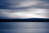 Streszczenie rozmycie jeziora o zachodzie słońca zimne kolory - 102199816