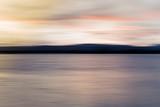 Abstrakcjonistyczny plamy jezioro przy zmierzchu neutralnymi kolorami - 102199833