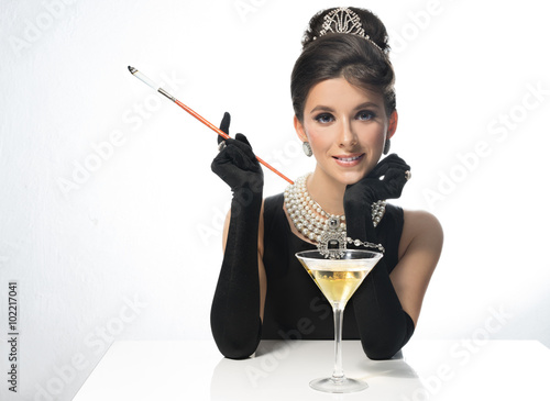 Photo  Woman in sunglasses, like a movie star, drinking martinis