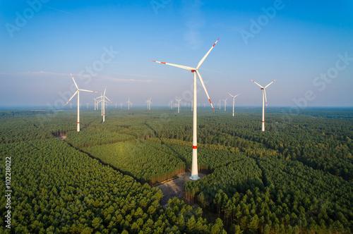 Fényképezés  Panorama eines Windparks im Wald