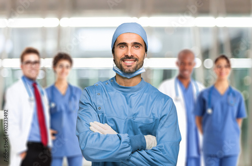 plakat Smiling surgeon in front of his team