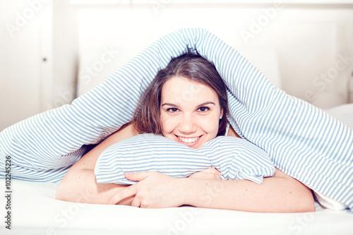 Fotografie, Obraz  Giovane ragazza nel letto