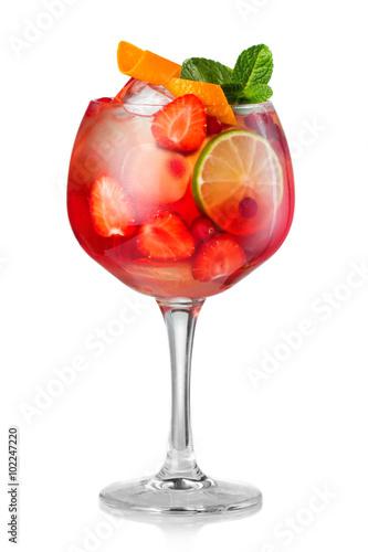 truskawkowy-napoj-z-alkoholem-w-kieliszku-na-bialym-tle