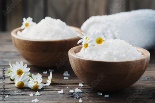 Concept of spa treatment with salt and daisy Fototapeta