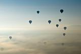 Balony na gorące powietrze latające na niebie Kapadocji.Turcja. - 102269282