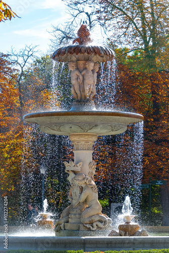 Papiers peints Fontaine A flowing fountain in the Park of Madrid, Spain on a warm November day. Warm November day in one of the main parks of the city.