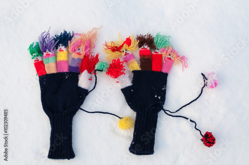 Poster Portrait Aquarelle Funny women's woolen knitted gloves in winter on snow