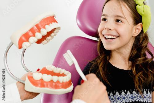 mala-dziewczynka-zarabiajaca-na-temat-higieny-jamy-ustnej