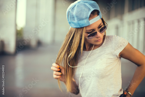 Stickers pour porte Magasin de musique Teenage girl listening to music. background of the street
