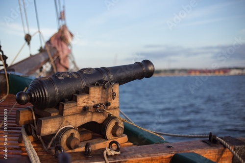 Deurstickers Schip Old wooden war ship with a cannon