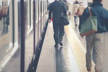 駅のプラットホームを歩く人々,光景