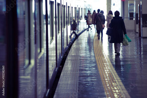 Aluminium Prints Train Station 駅のプラットホームを歩く人々,光景