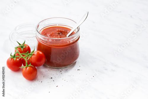 Fotografía  tomato sauce in a glass jar