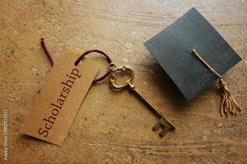 Fotografía  Scholarship key and cap